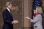 Бывшие госсекретари Хиллари Клинтон и Джон Керри. Архивное фото
