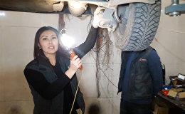 Даже мужчины удивляются — видео о кыргызстанке, хорошо разбирающейся в машинах
