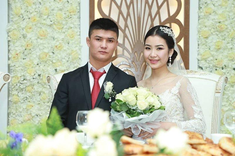 Боец смешанный единоборств из Кыргызстана Немат Абдрашитов на свадьбе с невестой