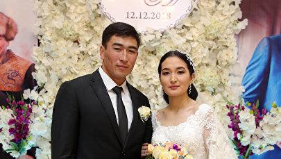 Игрок национальной сборной по кок-бору Манас Ниязов с невестой на свадьбе. Архивное фото