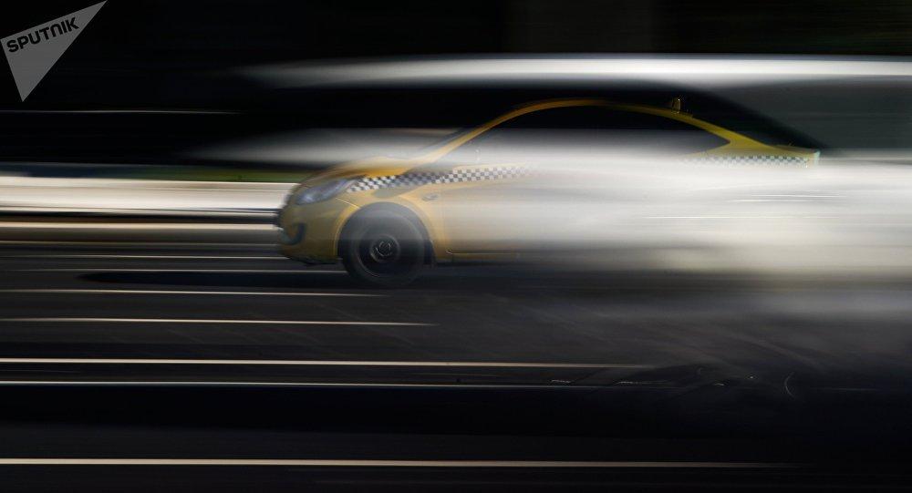 Жолдо бараткан такси унаасы. Архивдик сүрөт