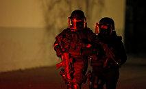 Французские силы специального назначения охраняют район во время полицейской операции в районе Майнау после смертельного обстрела в Страсбурге
