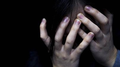 Девушка закрывшая лицо рукой. Архивно фото