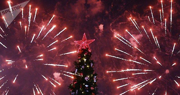 Запуск фейерверков в честь нового года. Архивное фото
