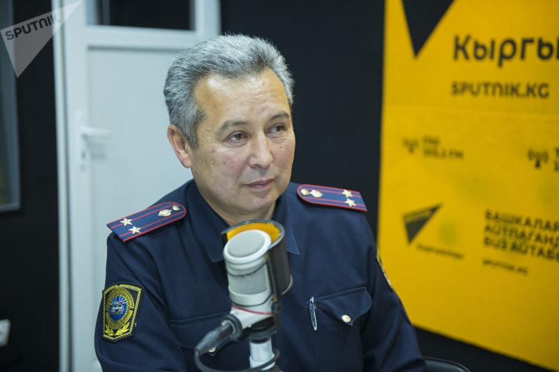Старший инспектор Главного Управления патрульной милиции МВД Ахмед Нурманбетов во время интервью на радиостудии Sputnik Кыргызстан