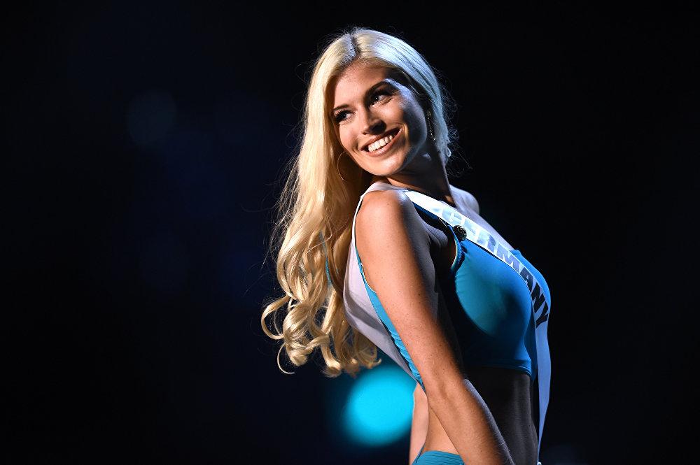 Дефиле немецкой модели Селин Уиллерс