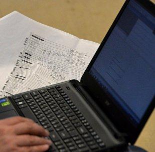 Мужчина работает на ноутбуке. Архивное фото