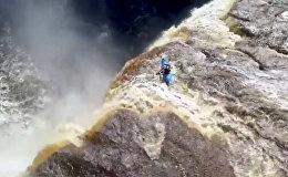 Жүрөк шуу дейт! Кайык менен 32 метр бийиктиктеги шаркыратмадан түшүп... Видео