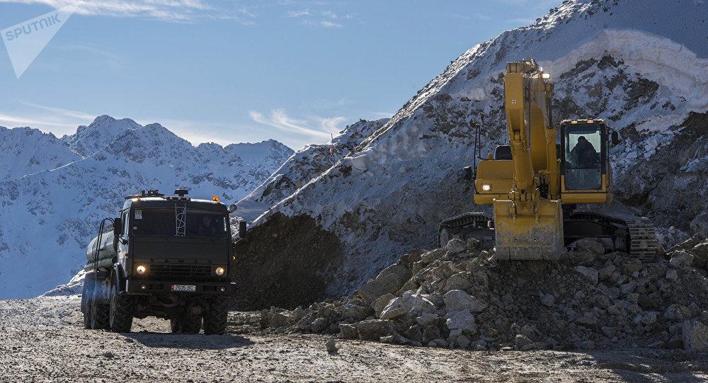 Экскаватор на месте разработки месторождения Джеруй в Таласской области. Архивное фото