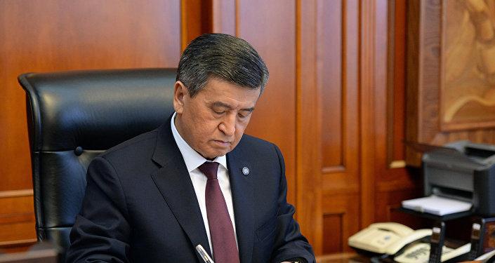 Президент Кыргызской Республики Сооронбай Жээнбеков подписывает документ в рабочем кабинете