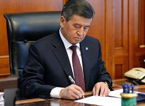 Президент Кыргызской Республики Сооронбай Жээнбеков подписывает документ в рабочем кабинете. Архивное фото