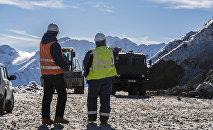 Инженеры на месте разработки месторождения Джеруй в Таласской области