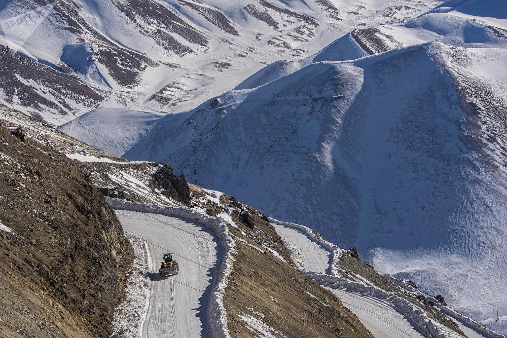 Талас облусундагы Жер-Үй кени деңиз деңгээлинен 3750 метр бийиктикте жайгашкан