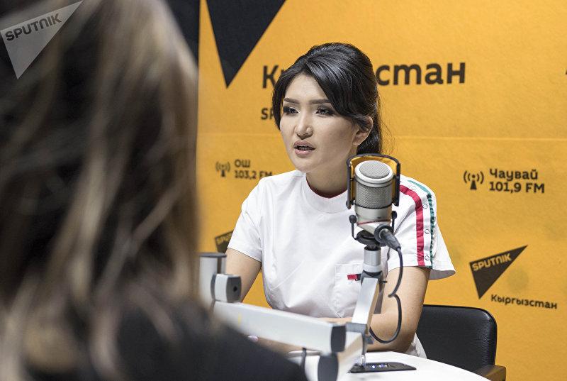 Врач-косметолог Мээрим Давлетова во время беседы на радио Sputnik Кыргызстан