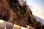 Ялтада жүк ташуучу унаа жардан кулап аквапарктын үстүнө түштү. Видео