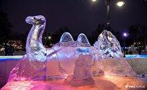 В фестивале ледяных скульптур в Томске участвовал и кыргызстанец Урмат Советкелдиев, который из глыб льда сотворил скульптуры верблюдов и Найман-эне из повести великого писателя Чингиза Айтматова