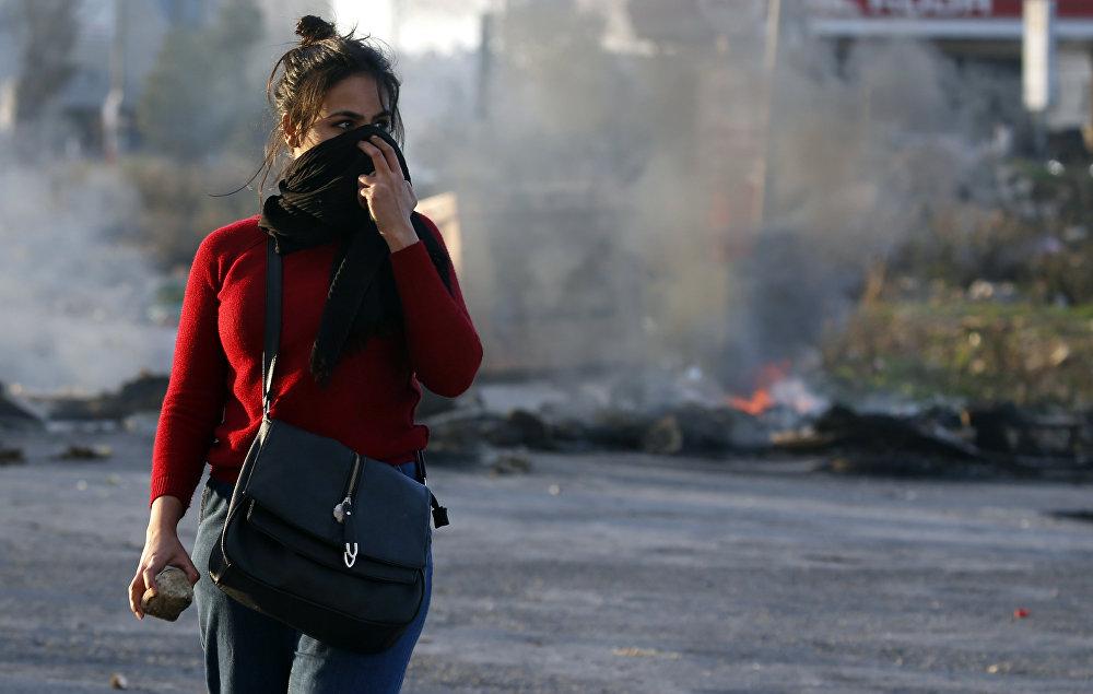 Газ сектору менен чектешкен аймакта изралдик аскерлер менен кагылышуу маалында колуна таш алган палестиналык кыз