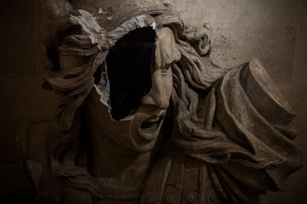 Парижде сары күрмөчөндөр жабыркаткан Триумф аркасындагы статуя. Бийликтин жүргүзгөн саясатына макул болбогон жана күйүүчү майдын кымбатташына нааразычылык жараткан сары күрмөчөндөр 17-ноябрдан тарта акция өткөрүшүүдө. Алгач бензинге болгон бааны төмөндөтүүнү талап кылып, кийинчерээк дагы бир топ сунуштарды айтышкан. Нааразылык акциялары полиция менен кагылышуу, автоунааларды өрттөө, дүкөн жана банктарды талкалоо менен коштолгон.