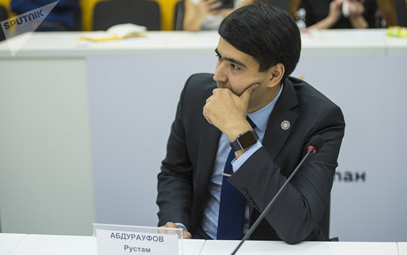 Адвокат Рустам Абдурауфов во время круглого стола в пресс-центре Sputnik Кыргызстан