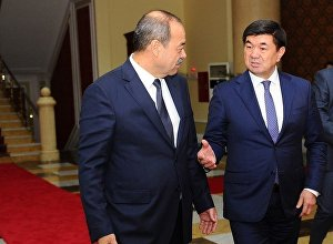 Премьер-министр КР Мухаммедкалый Абылгазиев с премьер-министром Узбекистана Абдуллой Ариповым. Архивное фото