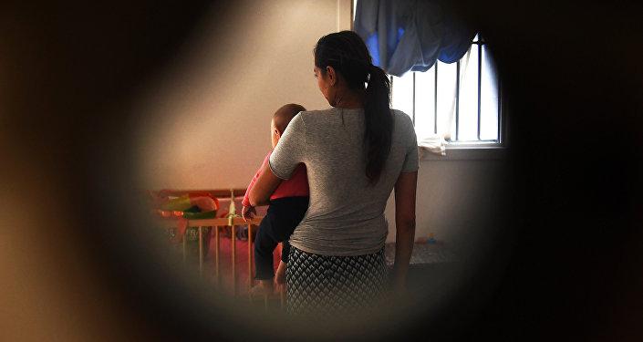 Женщина с ребенком на руках. Архивное фото