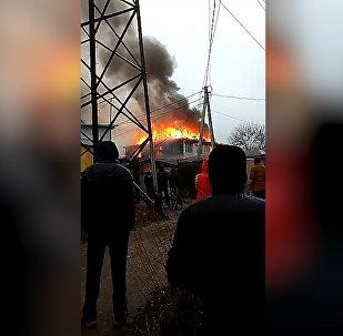 Под Бишкеком горит дом, дым виден издалека — видео
