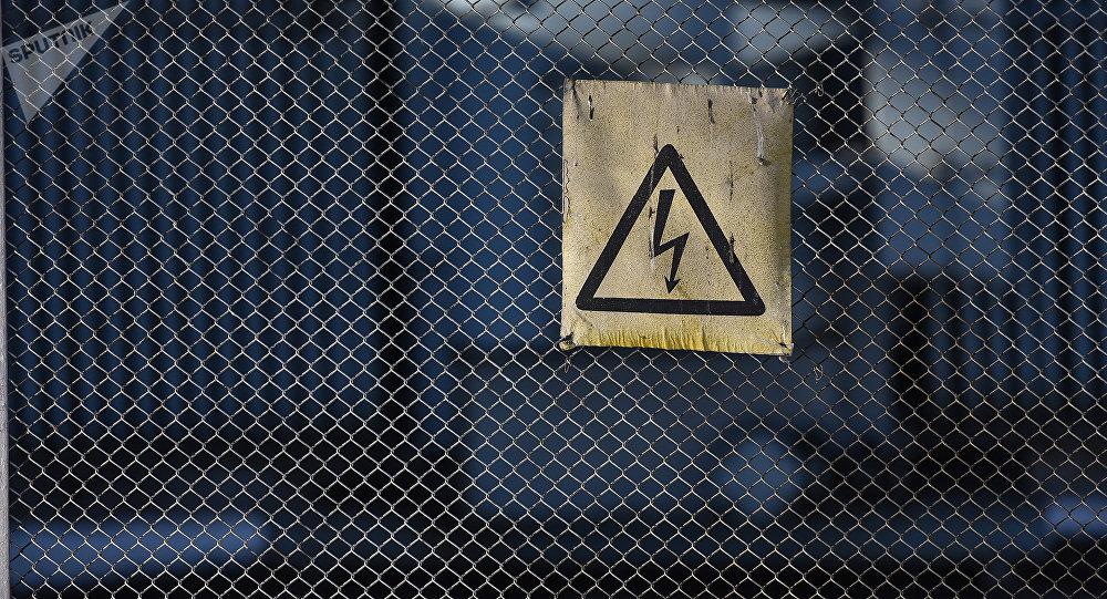Табличка на заборе подстанции. Архивное фото