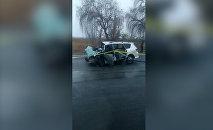 Страшное видео — два авто столкнулись под Токмоком, одно полностью сгорело