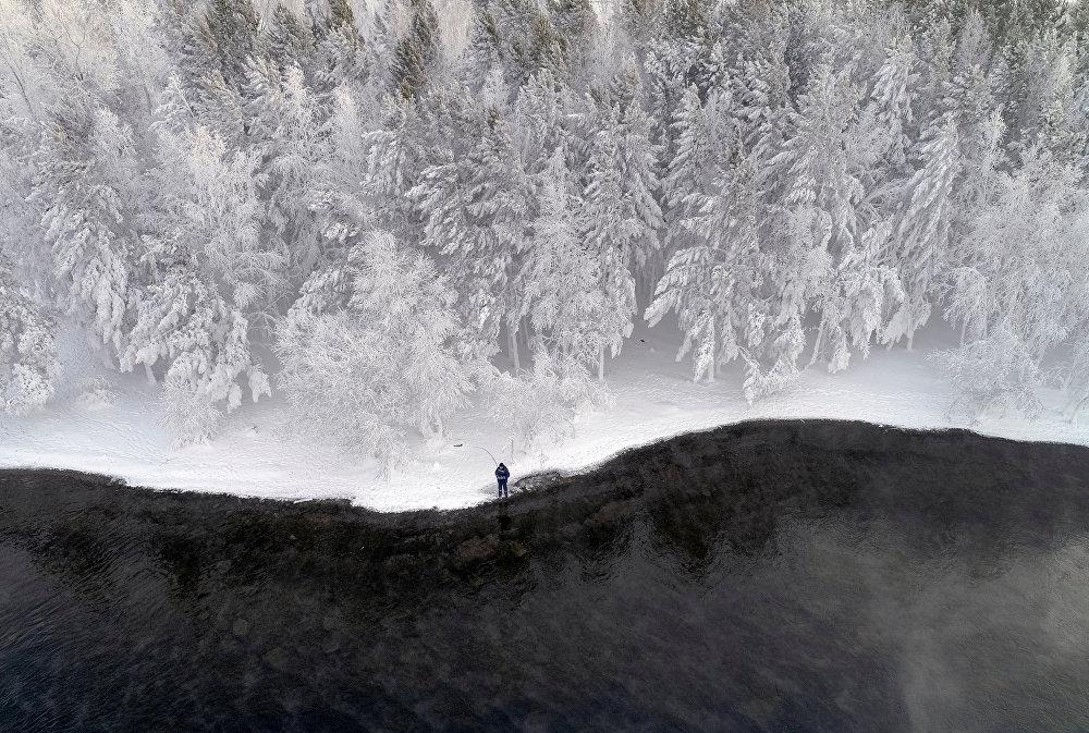 Кычыраган аязда балык уулаган киши. Россия, Красноярск крайы