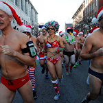 Ежегодный рождественский марафон Santa Speedo Run в Бостоне
