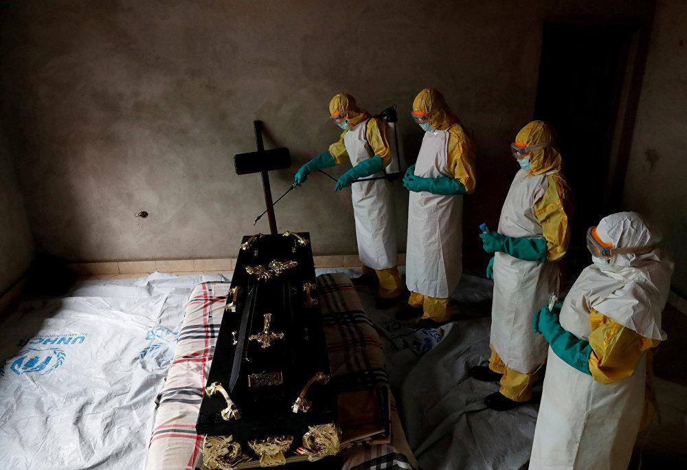 Конгодо Эбола вирусунан каза болгон адамдын табытын дезинфекциялап жаткан медицина кызматкерлери. Ушу тапта аталган дартты жугузуп алгандардын саны 500гө чукулдады. Өлкөнүн Саламаттык сактоо министрлигинин маалыматы боюнча илдеттен 290 киши набыт болгон.