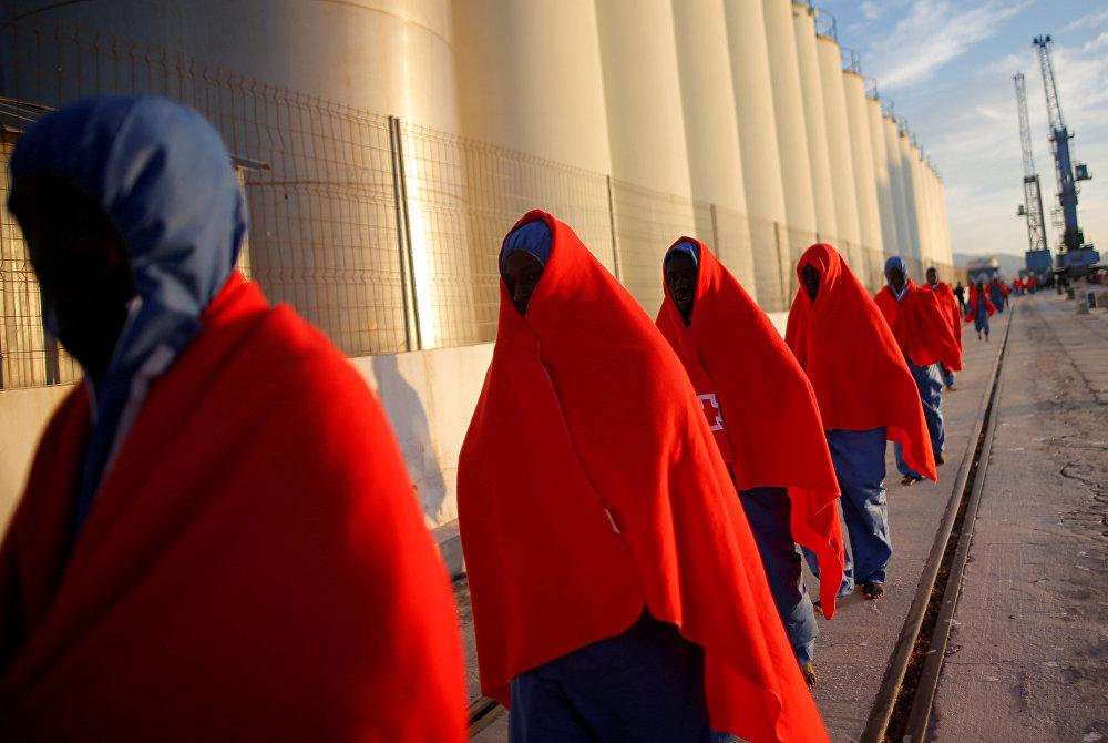 Испаниянын түштүгүндөгү Малага портунан кармалган мигранттар