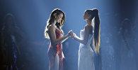 Мисс Филиппины Катриона Грей и Мисс Южная Африка Тамарин Грин держатся за руки, ожидая объявления победителя в финальном туре конкурса «Мисс Вселенная» в Бангкоке, Таиланд, 17 декабря 2018 года.