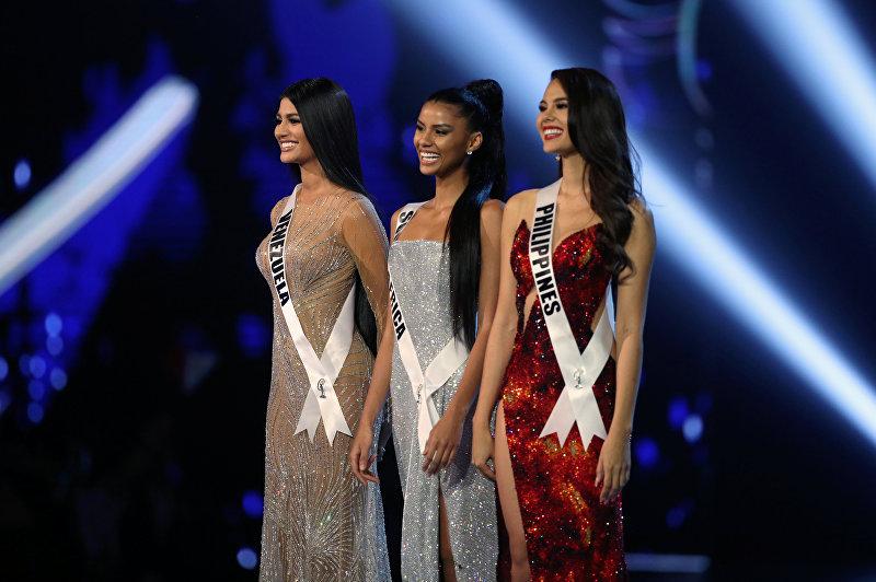 Конкурсанты, отобранные в топ-3, изображены на финальном этапе конкурса «Мисс Вселенная» в Бангкоке, Таиланд, 17 декабря 2018 года