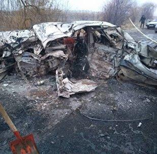 Сгоревший автомобиль, после ДТП на 50-м километре объездной дороги Бишкек — Нарын — Торугарт. Архивное фото