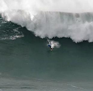Под сотнями тонн воды — гигантские волны поглощали серфера. Видео