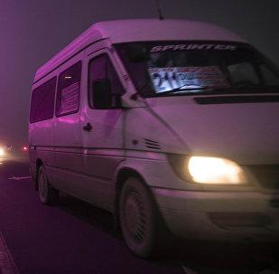 Маршрутка едет в центре столицы во время густого тумана в Бишкеке. Архивное фото
