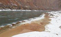Загрязнение реки Нарын кровью, вытекающей из трубы убойного цеха