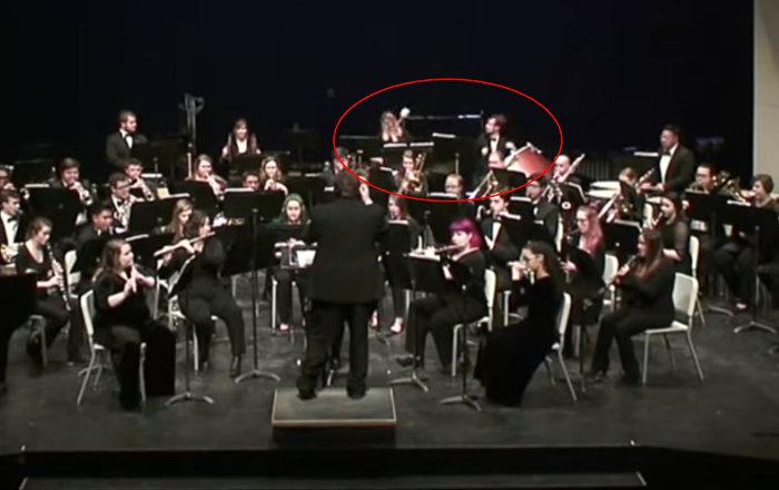Барабанщик так увлекся на концерте, что чуть не покалечил одногруппницу. Видео