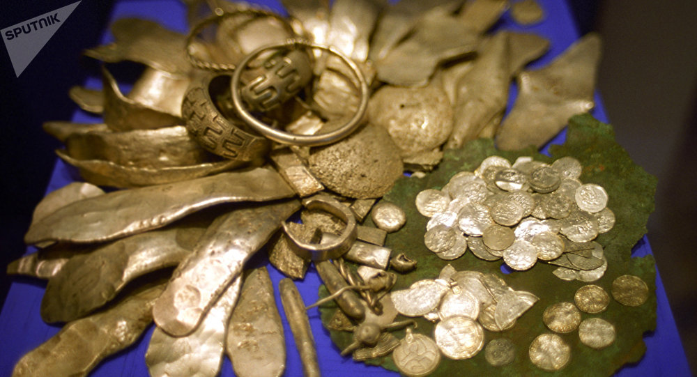 Клад с золотыми изделиями, монетами. Архивное фото