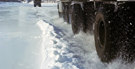 Грузовик едет по снегу. Архивное фото