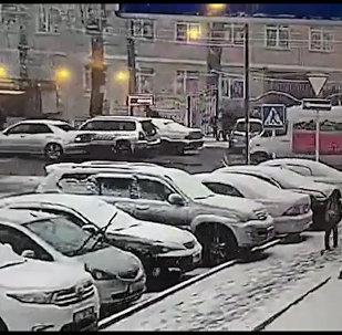 В Бишкеке водитель сбил мальчика у школы и скрылся — его задержали. Видео