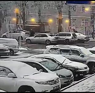 Бишкекте мектеп алдынан баланы коюп кеткен айдоочу кармалды. Кырсыктын видеосу