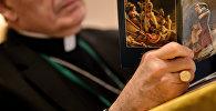 Священник читает молитву. Архивное фото