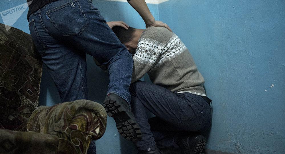 Мужчина пинает ногой другого. Иллюстративное фото