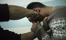 Мужчина бьет кулаком человека. Иллюстративное фото