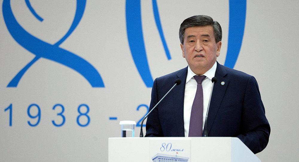 Президент Кыргызстана Сооронбай Жээнбеков выступает на научно-практической конференции, посвященной 80-летию парламента КР