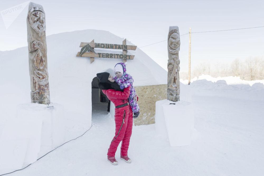 Посетители возле иглу-отеля, открытого рядом с санаторием Начикинский в Елизовском районе Камчатского края РФ