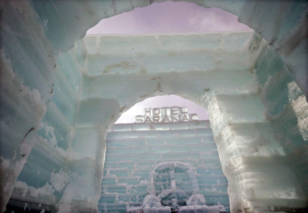 Ледяной отель Saranac Ice Palace в местечке Саранак Лейк (США)