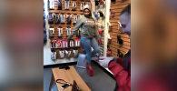 Девушка неудачно примерила туфли для стриптизерш и рассмешила соцсети. Видео